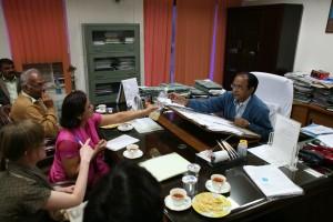 Representanter for FIAN Norge, FIAN Nepal og FIAN U.P. overleverer vannprøven til Mr. Srivastava, som straks ringer for å få vannprøven analysert